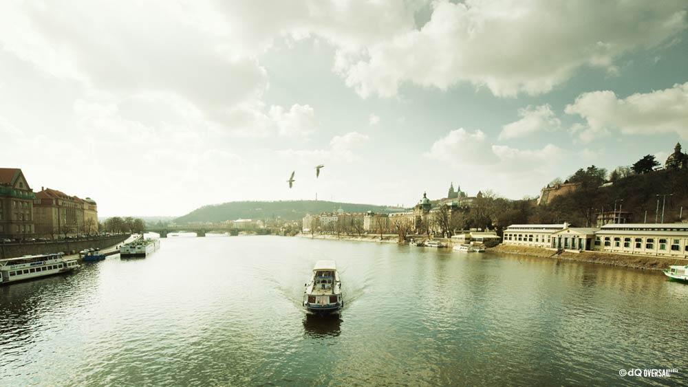 Barco navegando por el río SKU: la-0002