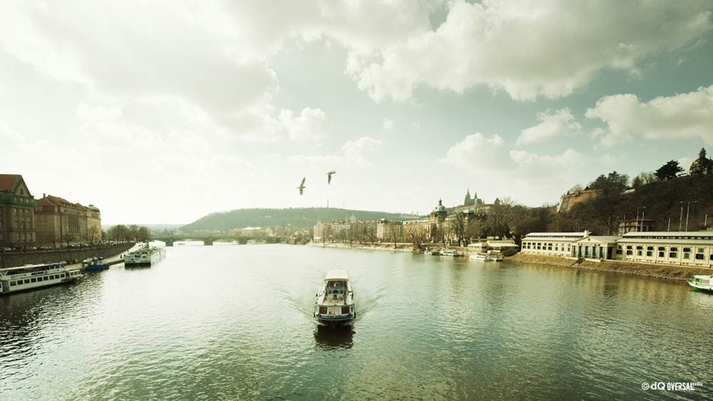 Boat sailing down the river SKU: la-0002
