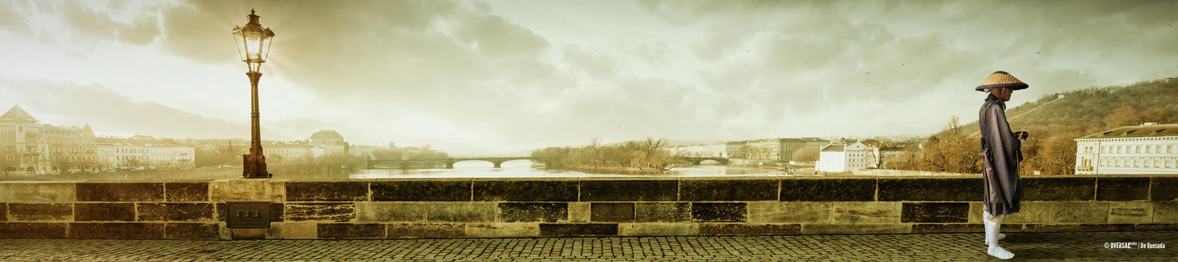 Monk standing on the stone bridge - モンクは、石造りの橋の上に立って SKU: la-0007c