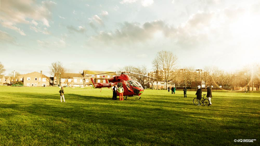 Kids looking at the red helicopter - 赤いヘリコプターを見て子供たち SKU: mo-0019